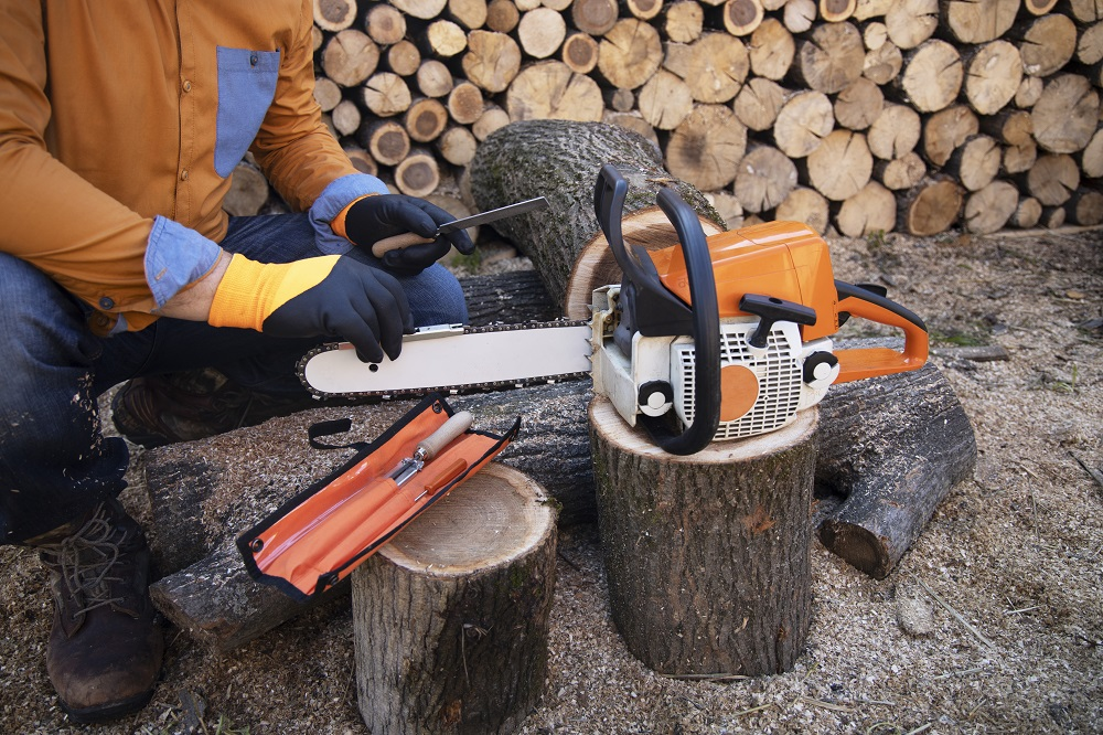 sharpening a chainsaw manually